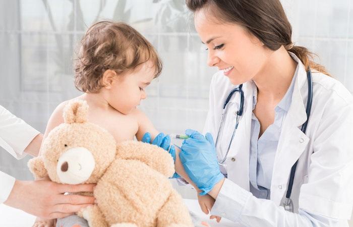 Não são somente as crianças que devem receber vacinas, algumas delas devem ser administradas em adolescentes, jovens, idosos e gestantes.