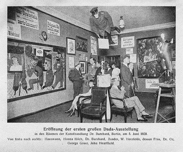 Inauguração da primeira exposição dadá, Berlim, 5 de junho de 1920.