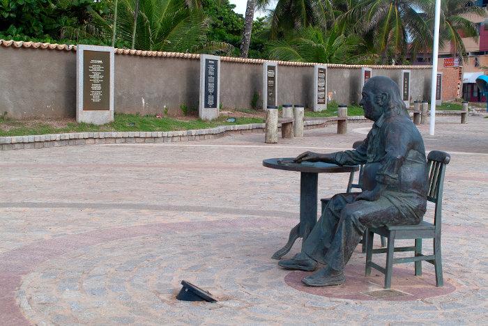 Escultura homenageando Vinicius de Moraes em Salvador, na praia de Itapuã, que homenageou em uma de suas canções.