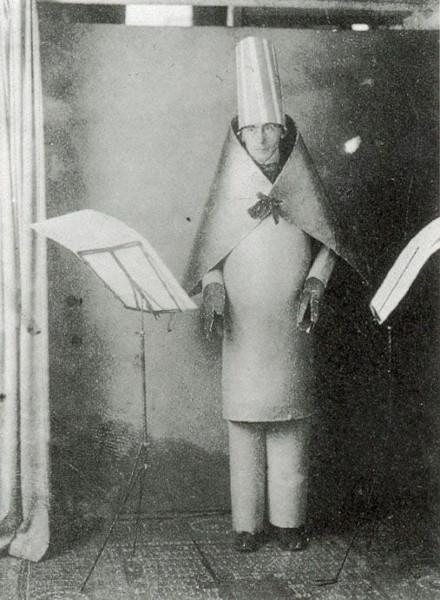 Hugo Ball, no Cabaret Voltaire, em 1916: clube noturno, em Zurique, onde surgiu o dadaísmo.