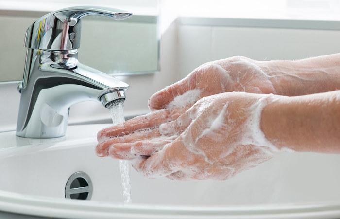 A lavagem das mãos ajuda a proteger contra COVID-19, gripe e resfriado.