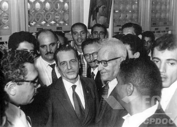 Luís Carlos Prestes foi eleito senador brasileiro em 1945, mas a perseguição aos comunistas acabou lançando-o na ilegalidade em 1948. [1]