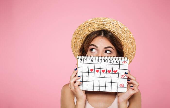 Durante a puberdade feminina, observa-se a ocorrência da primeira menstruação.
