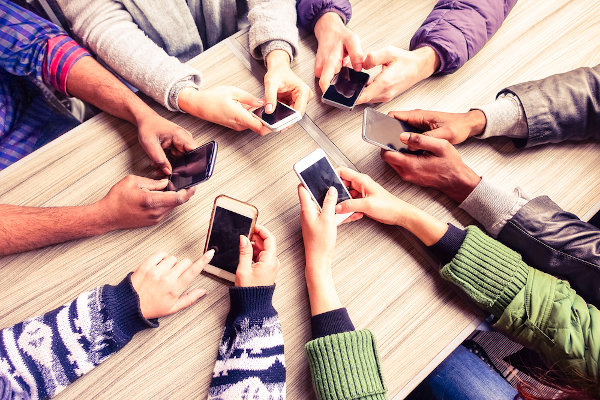 O contato pessoal e os relacionamentos foram banalizados, sendo intermediados por aparelhos eletrônicos e pela internet na modernidade líquida.