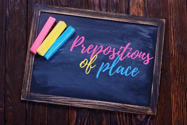 As prepositions of place indicam localização.