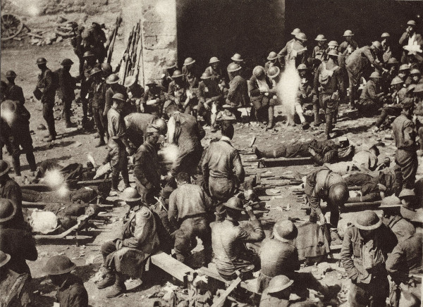 Primeira Guerra Mundial: posto de primeiros socorros da Cruz Vermelha.