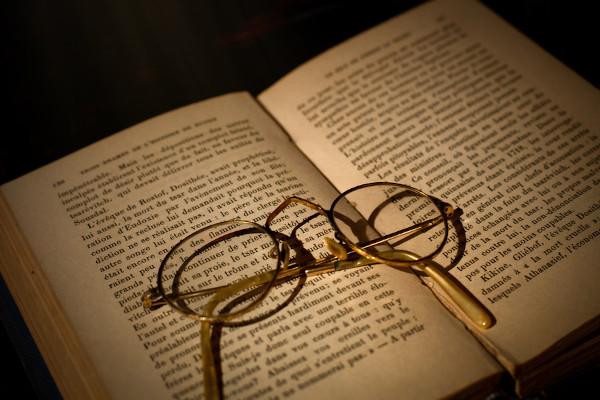 A prosa está presente desde os textos literários até os textos jornalísticos.