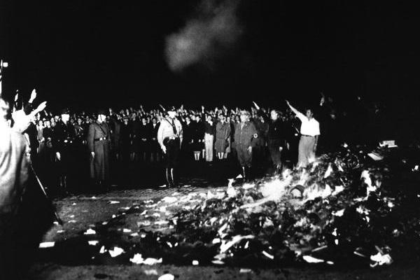 A queima de livros foi idealizada por Joseph Goebbels e realizada em 1933, quando tornou-se ministro da propaganda. [1]