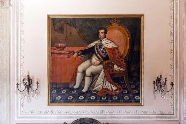 A invasão francesa fez com que d. João, regente de Portugal, ordenasse a transferência da corte portuguesa para o Brasil em 1807.[1]