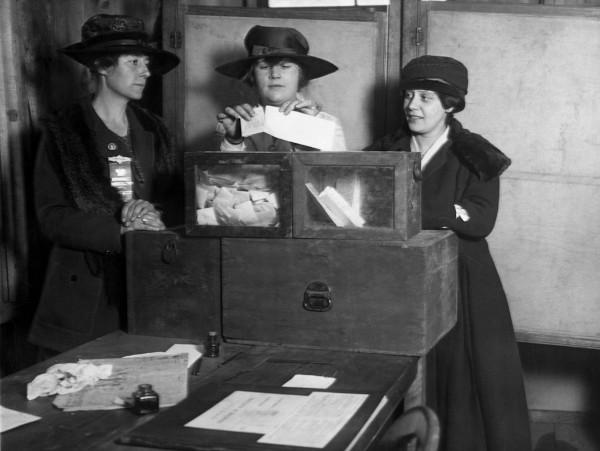 Três sufragistas votando em Nova York, em 1917.