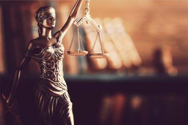 A deusa da justiça começou a ser representada com uma venda a partir do século XVI, para simbolizar o julgamento imparcial.
