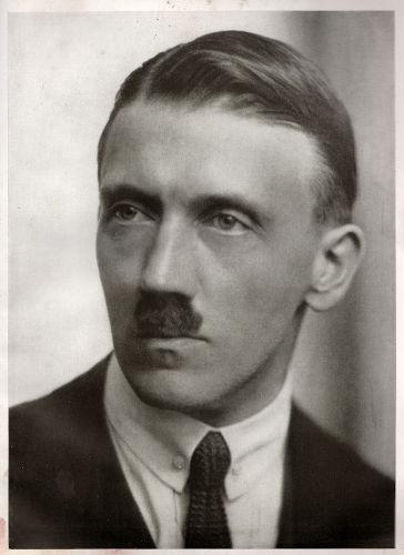 Adolf Hitler, nascido em 1889, tornou-se o líder do nazismo e foi ditador da Alemanha de 1933 a 1945.[1]