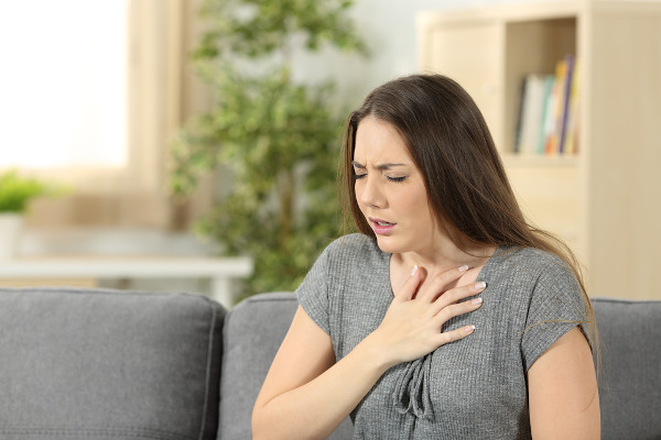 A ansiedade pode provocar, entre outros sintomas, falta de ar e sensação de aperto no peito.