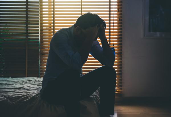 A depressão é uma causa de isolamento social voluntário, além de ser uma consequência do isolamento social.