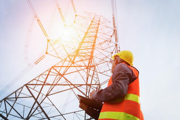 A eletricidade é uma forma de energia transmitida por meio da passagem de elétrons através de fios condutores.