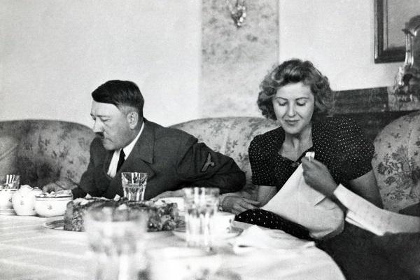 Em 29 de abril de 1945, Hitler casou-se com Eva Braun, sua companheira de anos. Cometeram suicídio juntos em 30 de abril.[2]