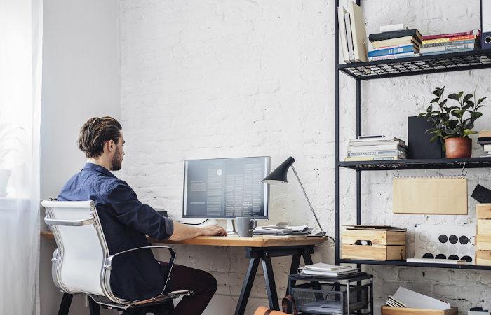 """Entre as medidas de distanciamento social que podem ser adotadas pela população está o """"home office""""."""