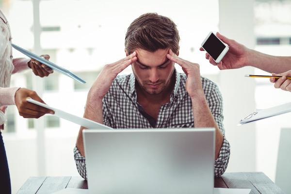 As rotinas de trabalho exaustivas podem desencadear um quadro de estresse.