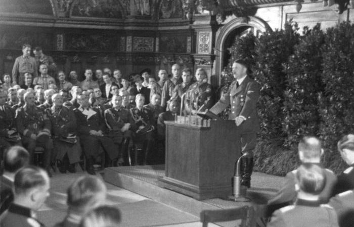 Hitler discursando em Danzig logo após a invasão da Polônia, em setembro de 1939.[2]