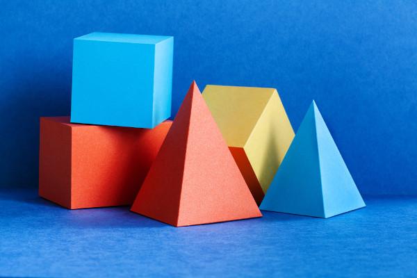 Os poliedros são os objetos de estudo da geometria espacial.