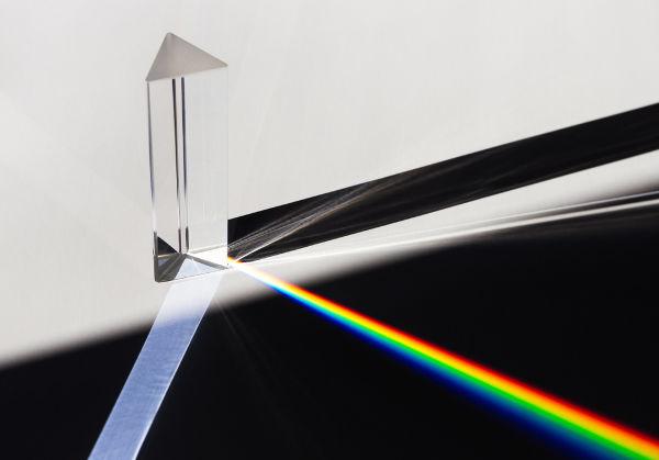 A óptica estuda, entre outros fenômenos, a dispersão da luz branca quando refratada.