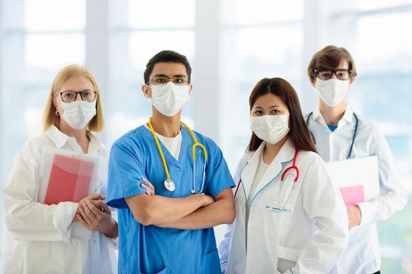 Profissionais da saúde devem fazer uso de máscaras de proteção a fim de evitar a sua contaminação por agentes patogênicos ao tratar doentes.