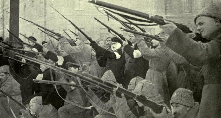 Milícias populares lutando contra as forças czaristas em 1917.