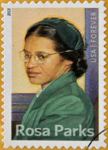 O ato de desobediência civil realizado por Rosa Parks, em 1955, desencadeou um grande movimento dos negros contra a segregação nos Estados Unidos. [2]
