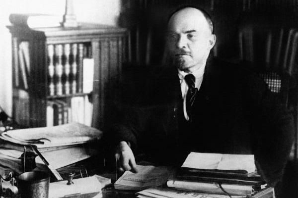Vladimir Lenin retornou à Rússia em 1917 e liderou os bolcheviques ao poder do país por meio da Revolução de Outubro.