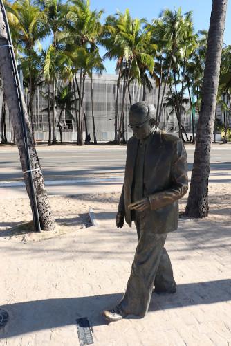 Estátua de Graciliano Ramos na orla da praia Ponta Verde, em Maceió, Alagoas. [2]