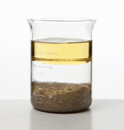 A água está sendo usada para separar a mistura de óleo e areia .