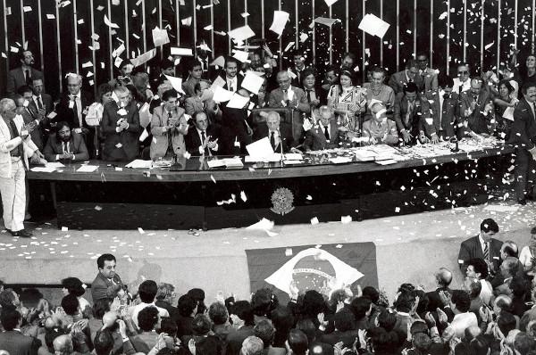 Encerramento da votação da nova Constituição com discurso do deputado Ulysses Guimarães em 1988. [2]