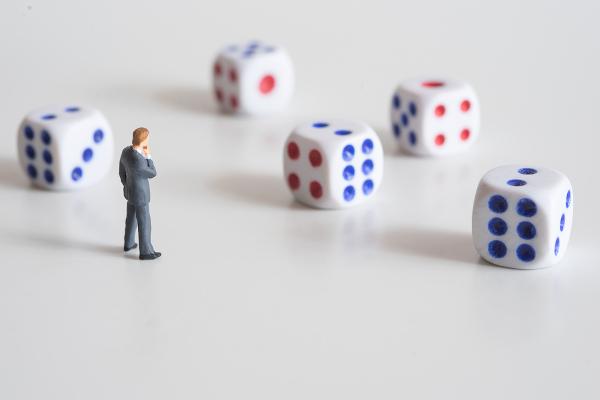 A análise combinatória estuda possibilidades e combinações, como os possíveis resultados de um dado.