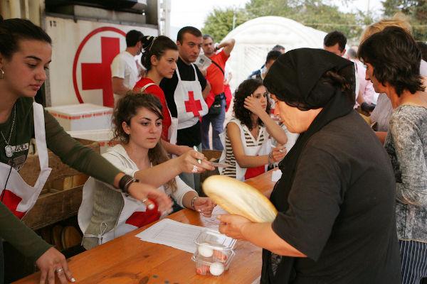 Voluntários da Cruz Vermelha em ação na Geórgia, durante o conflito desse país com a Rússia em 2008.[2]