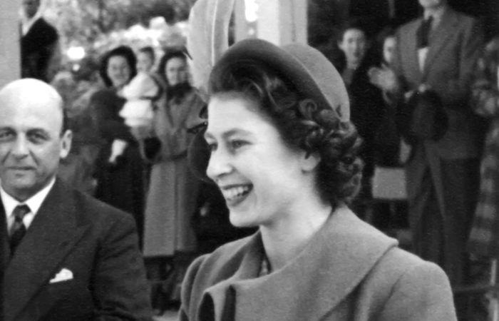 Elizabeth II em foto de sua juventude. Ela se casou com 21 anos de idade e tornou-se rainha do Reino Unido aos 25 anos. [1]