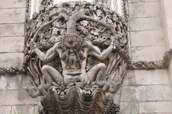Estátua de como seria Adamastor, na fachada do Palácio Nacional da Pena, em Sintra, Portugal.