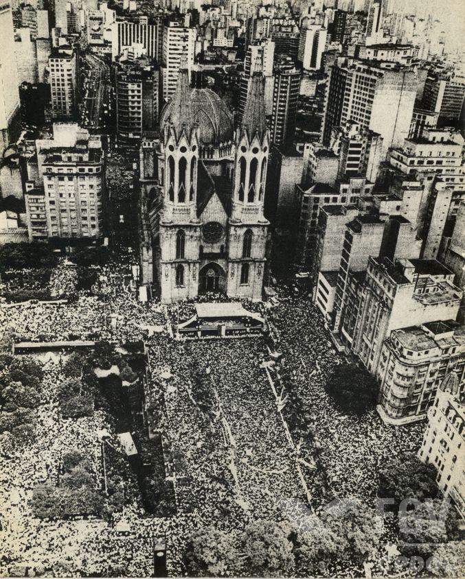 Praça da Sé, região central de São Paulo, em um comício pelas Diretas Já. [1]
