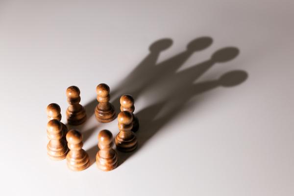 Essa imagem sintetiza o poder para Marx. Os piões (peças fracas e de poucos movimentos) juntos formam uma rainha (peça mais estratégica do xadrez).