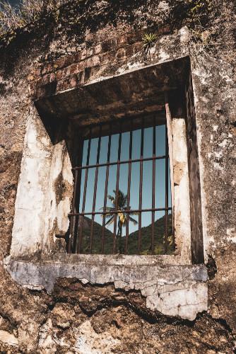 Ruínas da antiga prisão em que Graciliano Ramos foi encarcerado, na Ilha Grande, Rio de Janeiro. [1]
