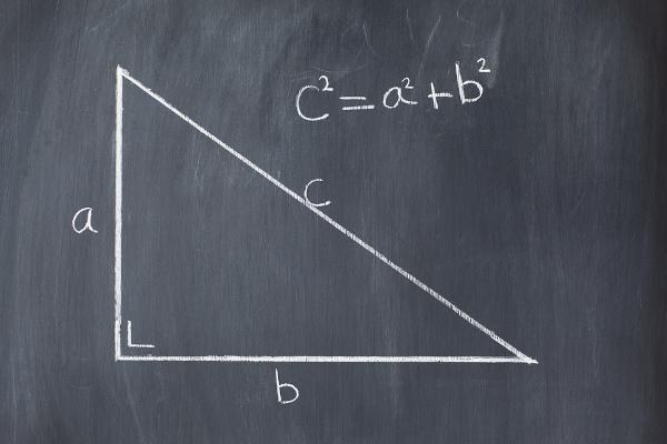 O teorema de Pitágoras relaciona os três lados do triângulo retângulo.