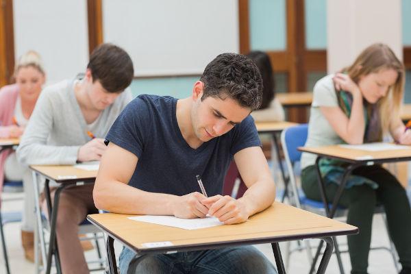 O dia 24 de maio é dedicado a homenagear o jovem que está dedicando-se para conseguir aprovação nos exames de ingresso no Ensino Superior.