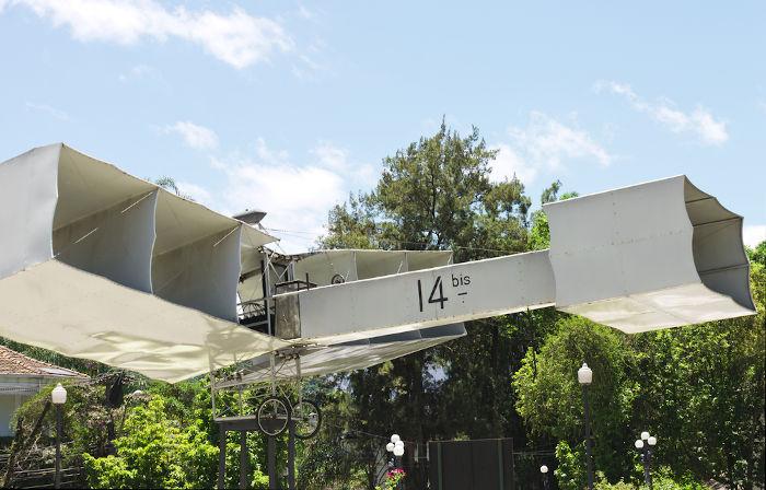 Réplica do 14-Bis, avião que Santos Dumont utilizou para a primeira demonstração pública de voo da história.[2]