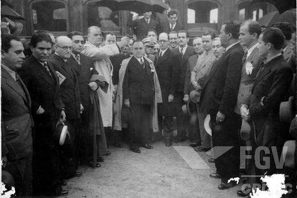 A Era Vargas durou 15 anos. Vargas assumiu a presidência em 1930, após a Revolução de 1930, e foi deposto pelos militares em 1945.[1]