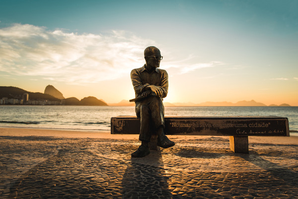 Estátua retratando Carlos Drummond de Andrade em homenagem ao poeta, na praia de Copacabana, Rio de Janeiro (RJ).[1]