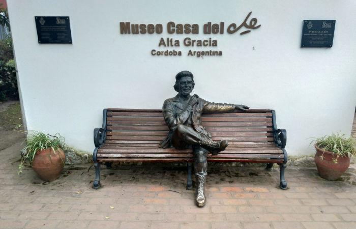 Estátua de Che Guevara na principal casa que ele residiu em Alta Gracia. O local é atualmente um museu.[1]