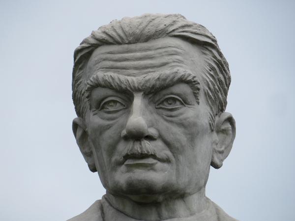 Estátua de Monteiro Lobato na entrada de Taubaté, sua cidade natal. [1]