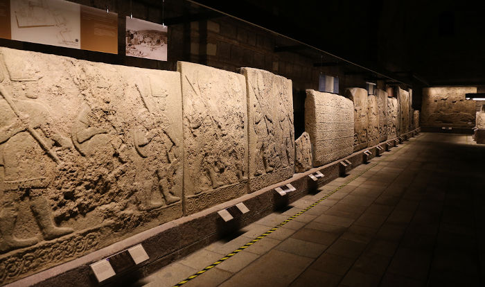 Estelas feitas pelos hititas, civilização que se desenvolveu na região da Anatólia, atual Turquia.[2]