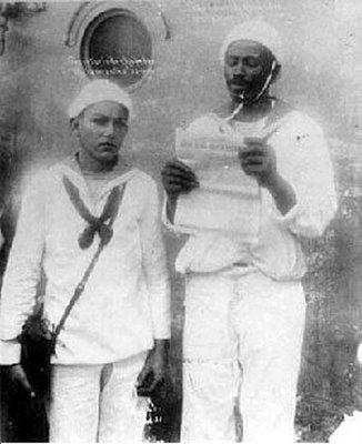 João Cândido lê o Manifesto da Revolta da Chibata: insurreição de marinheiros negros que pediam o fim de castigos corporais (1910).