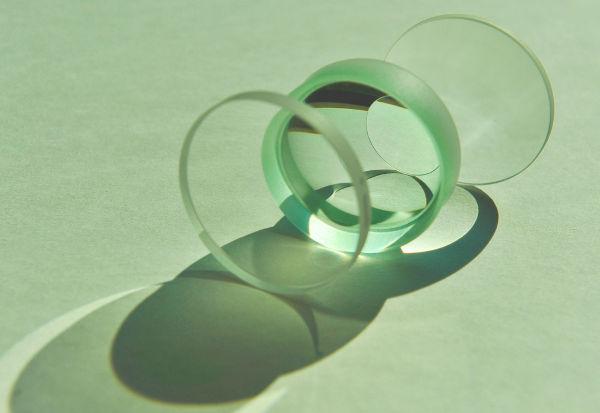 Lentes esféricas são usadas em instrumentos ópticos e também para corrigir problemas de visão.