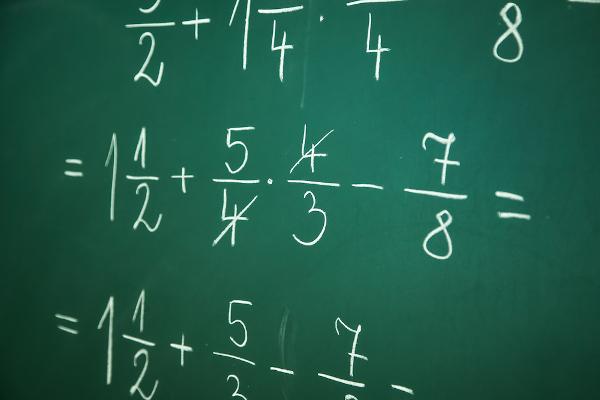 As operações de soma, subtração, divisão e multiplicação também podem ser aplicadas às frações.
